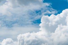 Όμορφος μπλε ουρανός και άσπρο υπόβαθρο σύννεφων σωρειτών αφηρημένο Υπόβαθρο Cloudscape Μπλε ουρανός και χνουδωτά άσπρα σύννεφα σ στοκ εικόνες