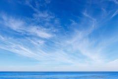 Όμορφος μπλε ουρανός με τα άσπρα Cirrus σύννεφα Στοκ Φωτογραφία