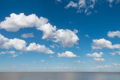 Όμορφος μπλε ουρανός με τα άσπρους σύννεφα και τον ορίζοντα του Ρίο de Λα Plata Στοκ φωτογραφίες με δικαίωμα ελεύθερης χρήσης