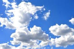 Όμορφος μπλε ουρανός με τα δραματικά σύννεφα Στοκ Φωτογραφίες