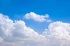 Όμορφος μπλε ουρανός με τα σύννεφα Στοκ εικόνα με δικαίωμα ελεύθερης χρήσης
