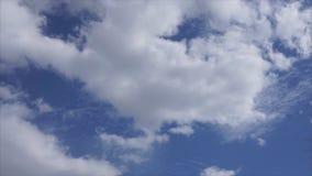 Όμορφος όμορφος μπλε ουρανός ουρανών με τα σύννεφα Υπόβαθρο φιλμ μικρού μήκους