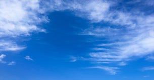 όμορφος μπλε ουρανός σύνν&e ουρανός σύννεφων Ουρανός με το μπλε σύννεφων καιρικής φύσης σύννεφων μπλε ήλιος ουρανού σύννε& Στοκ Εικόνες
