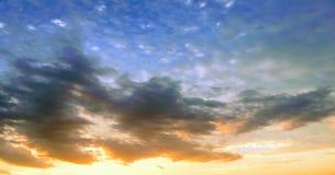όμορφος μπλε ουρανός σύνν&e ουρανός σύννεφων Ουρανός με το μπλε σύννεφων καιρικής φύσης σύννεφων μπλε ήλιος ουρανού σύννε& Στοκ Εικόνα
