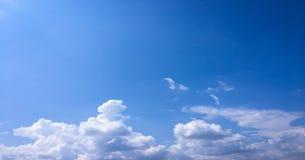 όμορφος μπλε ουρανός σύνν&e ουρανός σύννεφων Ουρανός με το μπλε σύννεφων καιρικής φύσης σύννεφων μπλε ήλιος ουρανού σύννε& Στοκ Φωτογραφίες