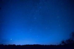 Όμορφος μπλε νυχτερινός ουρανός με πολλά αστέρια Στοκ Εικόνα