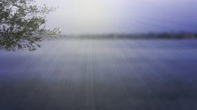 Όμορφος μπλε ουρανός θαμπάδων και μπλε ποταμός Στοκ εικόνες με δικαίωμα ελεύθερης χρήσης