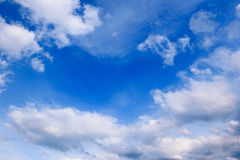 Όμορφος μπλε ουρανός με τα άσπρα χνουδωτά σύννεφα στοκ φωτογραφίες