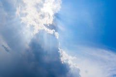 Όμορφος μπλε ουρανός με τα σύννεφα και τις ακτίνες ήλιων Στοκ φωτογραφία με δικαίωμα ελεύθερης χρήσης