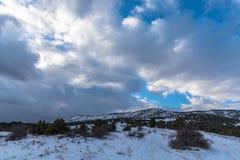 όμορφος μπλε ουρανός τοπ Χιόνι στο βουνό Στοκ Εικόνα