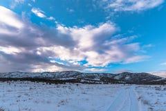 όμορφος μπλε ουρανός dragobrat χειμώνας της Ουκρανίας βουνών τοπίων Στοκ εικόνες με δικαίωμα ελεύθερης χρήσης