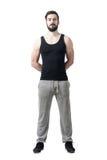 Όμορφος μυϊκός αθλητής με τα χέρια πίσω από την πλάτη που εξετάζει τη κάμερα Στοκ φωτογραφία με δικαίωμα ελεύθερης χρήσης