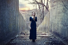 όμορφος μόνος μακρύς κοριτσιών φορεμάτων Στοκ φωτογραφία με δικαίωμα ελεύθερης χρήσης