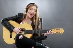 Όμορφος νέος ένας ξανθός με μια κλασσική κιθάρα στοκ φωτογραφία με δικαίωμα ελεύθερης χρήσης