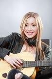 Όμορφος νέος ένας ξανθός με μια κλασσική κιθάρα στοκ εικόνες