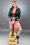 Όμορφος νέος ένας ξανθός με μια κλασσική κιθάρα στοκ φωτογραφίες με δικαίωμα ελεύθερης χρήσης