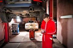 Όμορφος νέος αρσενικός αυτόματος μηχανικός που στέκεται κάνοντας το undernea σημειώσεων Στοκ εικόνες με δικαίωμα ελεύθερης χρήσης