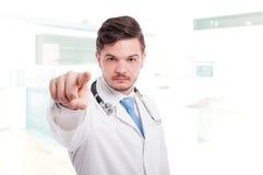 Όμορφος νέος γιατρός που δείχνει το δάχτυλο σε σας Στοκ φωτογραφία με δικαίωμα ελεύθερης χρήσης