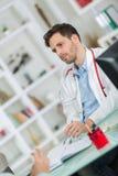 Όμορφος νέος γιατρός στην εργασία στην αρχή Στοκ φωτογραφία με δικαίωμα ελεύθερης χρήσης