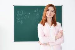 Όμορφος νέος δάσκαλος κοντά στον πίνακα Στοκ εικόνες με δικαίωμα ελεύθερης χρήσης