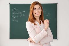 Όμορφος νέος δάσκαλος κοντά στον πίνακα Στοκ Εικόνες