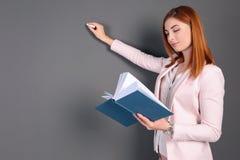 Όμορφος νέος δάσκαλος με το βιβλίο και την κιμωλία Στοκ Εικόνα