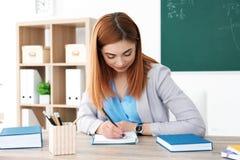 Όμορφος νέος δάσκαλος που εργάζεται στον πίνακα Στοκ φωτογραφία με δικαίωμα ελεύθερης χρήσης
