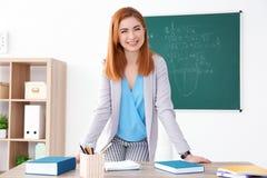 Όμορφος νέος δάσκαλος που στέκεται κοντά στον πίνακα Στοκ Φωτογραφίες