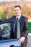 Όμορφος νέος επιχειρηματίας κοντά στο νέο αυτοκίνητό του Στοκ Εικόνες