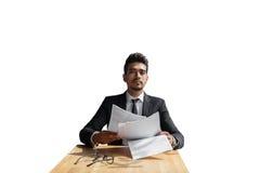 Όμορφος νέος επιχειρηματίας με τα έγγραφα που απομονώνεται υπό εξέταση πέρα από το άσπρο υπόβαθρο Στοκ Φωτογραφίες