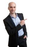 Όμορφος νέος επιχειρηματίας που δείχνει κάτι Στοκ φωτογραφίες με δικαίωμα ελεύθερης χρήσης