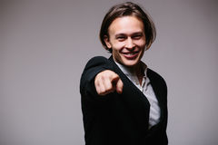 Όμορφος νέος επιχειρηματίας που δείχνει σε formalwear δείχνοντας σας στεμένος, δεδομένου ότι κάνει μια επιλογή Στοκ Εικόνες