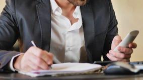 Όμορφος νέος επιχειρηματίας στο γραφείο στο τηλέφωνο Στοκ φωτογραφίες με δικαίωμα ελεύθερης χρήσης