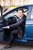 Όμορφος νέος επιχειρηματίας στο νέο αυτοκίνητό του Στοκ Φωτογραφίες