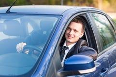 Όμορφος νέος επιχειρηματίας στο νέο αυτοκίνητό του Στοκ Φωτογραφία