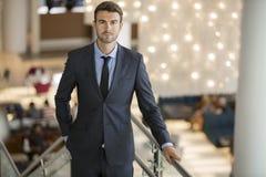Όμορφος νέος επιχειρηματίας στο φανταχτερό ξενοδοχείο Στοκ φωτογραφία με δικαίωμα ελεύθερης χρήσης