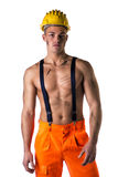 Όμορφος νέος εργάτης οικοδομών με το γυμνό κορμό Στοκ Φωτογραφία