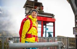 Όμορφος, νέος θηλυκός οδοιπόρος που περπατά στα υψηλά βουνά Στοκ φωτογραφία με δικαίωμα ελεύθερης χρήσης