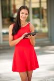 Όμορφος νέος Ιστός σερφ επιχειρησιακών γυναικών σε μια ταμπλέτα υπαίθριο ι Στοκ εικόνα με δικαίωμα ελεύθερης χρήσης
