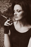 Όμορφος νέος καπνιστής τσιγάρων Στοκ Εικόνες