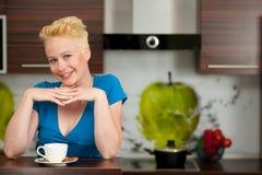 Όμορφος νέος καυκάσιος ξανθός καφές κατανάλωσης γυναικών Στοκ Φωτογραφία