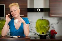 Όμορφος νέος καυκάσιος ξανθός καφές κατανάλωσης γυναικών Στοκ φωτογραφίες με δικαίωμα ελεύθερης χρήσης