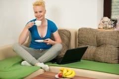 Όμορφος νέος καυκάσιος ξανθός καφές κατανάλωσης γυναικών Στοκ Εικόνες