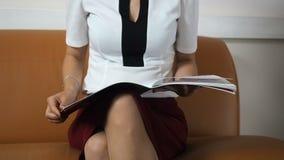 Όμορφος νέος καφές συνεδρίασης και κατανάλωσης επιχειρησιακών γυναικών απόθεμα βίντεο