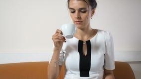 Όμορφος νέος καφές συνεδρίασης και κατανάλωσης επιχειρησιακών γυναικών φιλμ μικρού μήκους