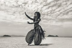 Όμορφος νέος μοντέρνος φυλετικός χορευτής Γυναίκα στο ασιατικό κοστούμι στοκ εικόνες με δικαίωμα ελεύθερης χρήσης