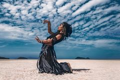 Όμορφος νέος μοντέρνος φυλετικός χορευτής Γυναίκα στο ασιατικό κοστούμι στοκ εικόνα
