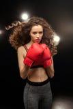 Όμορφος νέος μπόξερ γυναικών sportswear στην τοποθέτηση Στοκ φωτογραφία με δικαίωμα ελεύθερης χρήσης