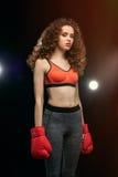Όμορφος νέος μπόξερ γυναικών sportswear στην τοποθέτηση Στοκ Εικόνα
