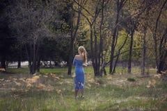Όμορφος νέος ξανθός περίπατος γυναικών στο πάρκο Στοκ φωτογραφία με δικαίωμα ελεύθερης χρήσης